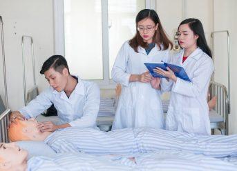 Y sĩ và y tá khác nhau như thế nào?
